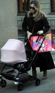 Costanza Caracciolo a passeggio con la figlia Stella per le