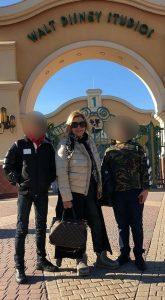 Tina Cipollari dopo una foto a Disneyland con i figli arriva