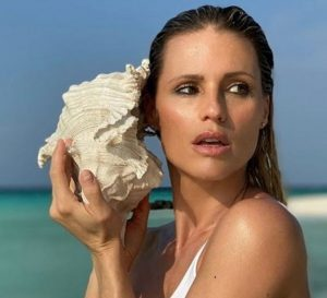 Michelle Hunziker come Ursula Andress alle Maldive